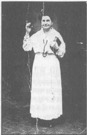 Nhà truyền giảng Bà M. B, Woodworth‐Etter. Trong những năm cuối cùng của chức vụ, Etter luôn mặc áo trắng khi thi hành chức vụ.