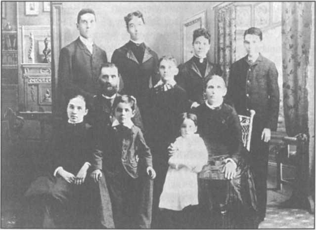 John, ở bên trái trên cùng, cùng với các thành viên còn sống trong gia đình Lake. Tám trong số mười sáu anh chị em của anh đã qua đời vì bệnh tật