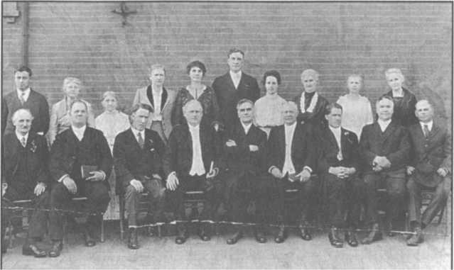 Lake cùng những nhân sự trong ngôi nhà chữa lành ở Spokane, Washington, từ năm 1915 đến 1920