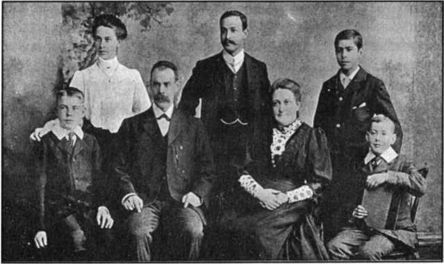 Gia đình Wigglesworth. Hàng trên: Alice, Seth, và Harold. Hàng dưới: Ernest, Smith, Mary Jane (Polly), và George