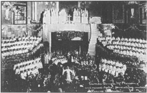 Aimee và ban hát trình diễn một trong nhiều vở opera ở Đền thờ Angelus