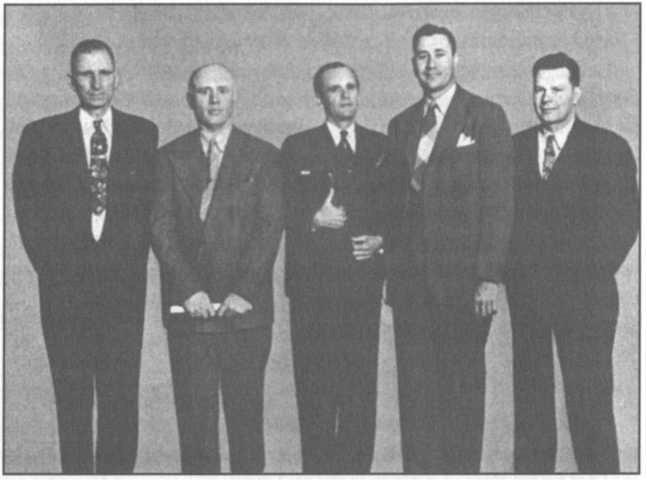 Oral Roberts tham gia chiến dịch của Branham campaign tại thành phố Kansas năm 1948. Bức hình trên khá hiếm, từ trái qua phải: Young Brown, Jack Moore, William Branham, Oral Roberts, và Gordon Lindsay